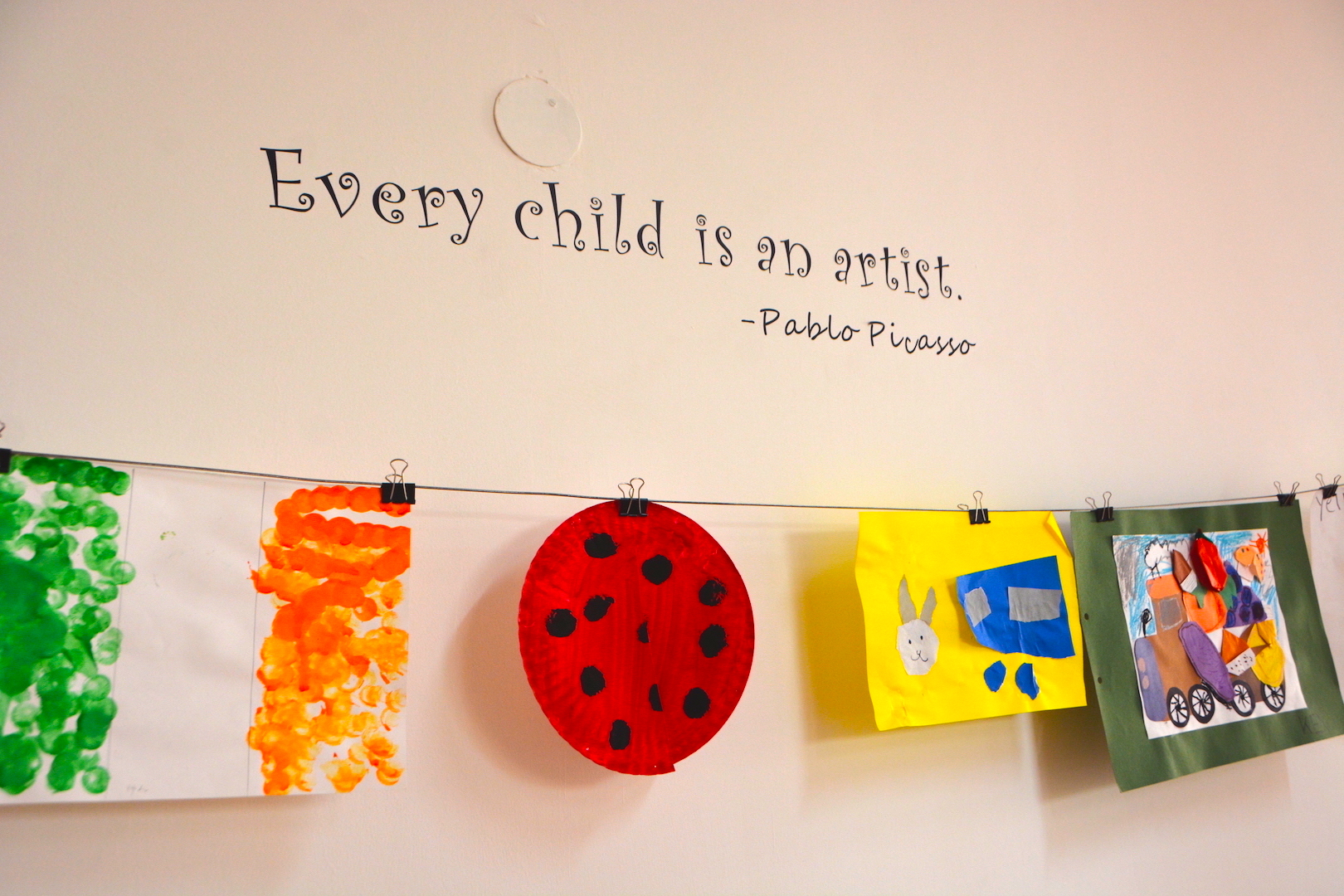 every child is an artist と描かれた壁