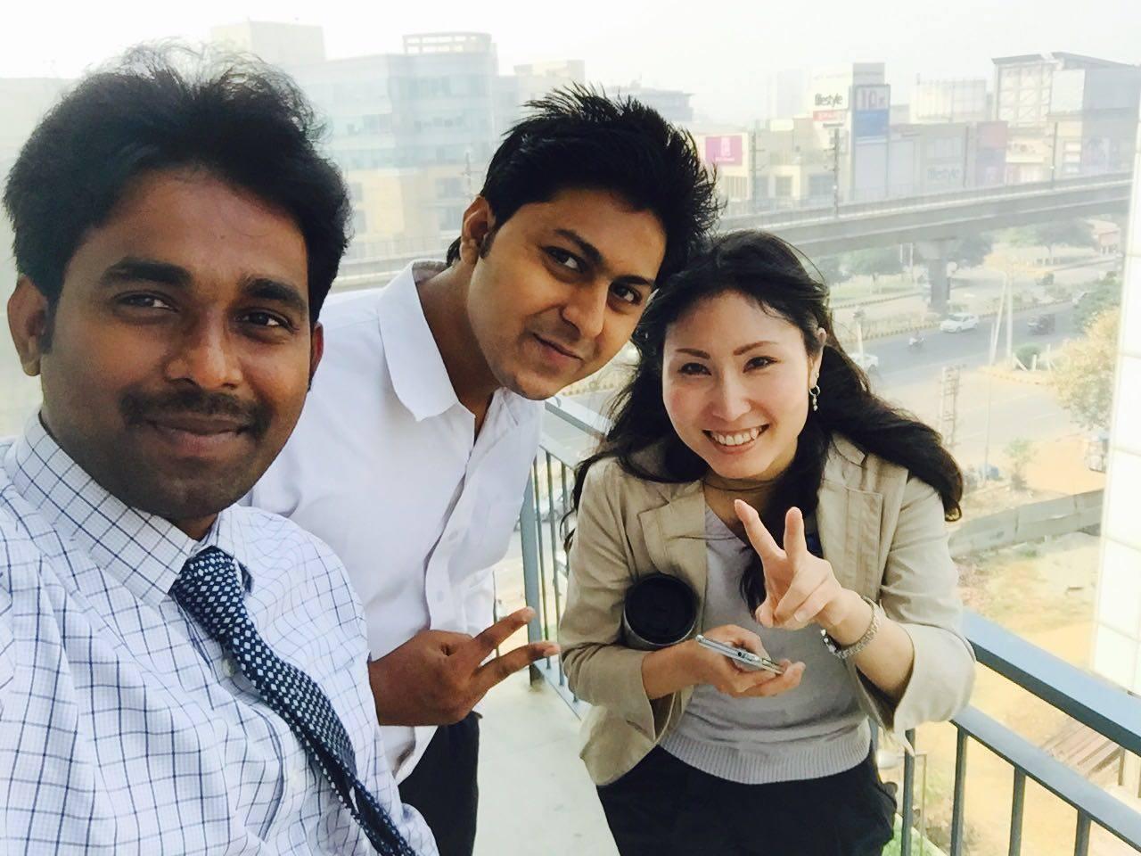 インドで一緒に就業しているインド人スタッフと知佳さん