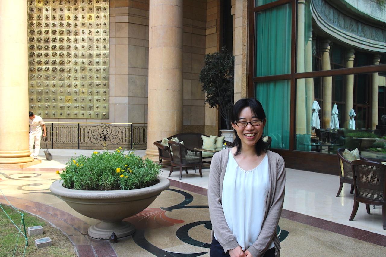 ホテルの内庭でインド転職について話す遥香さん