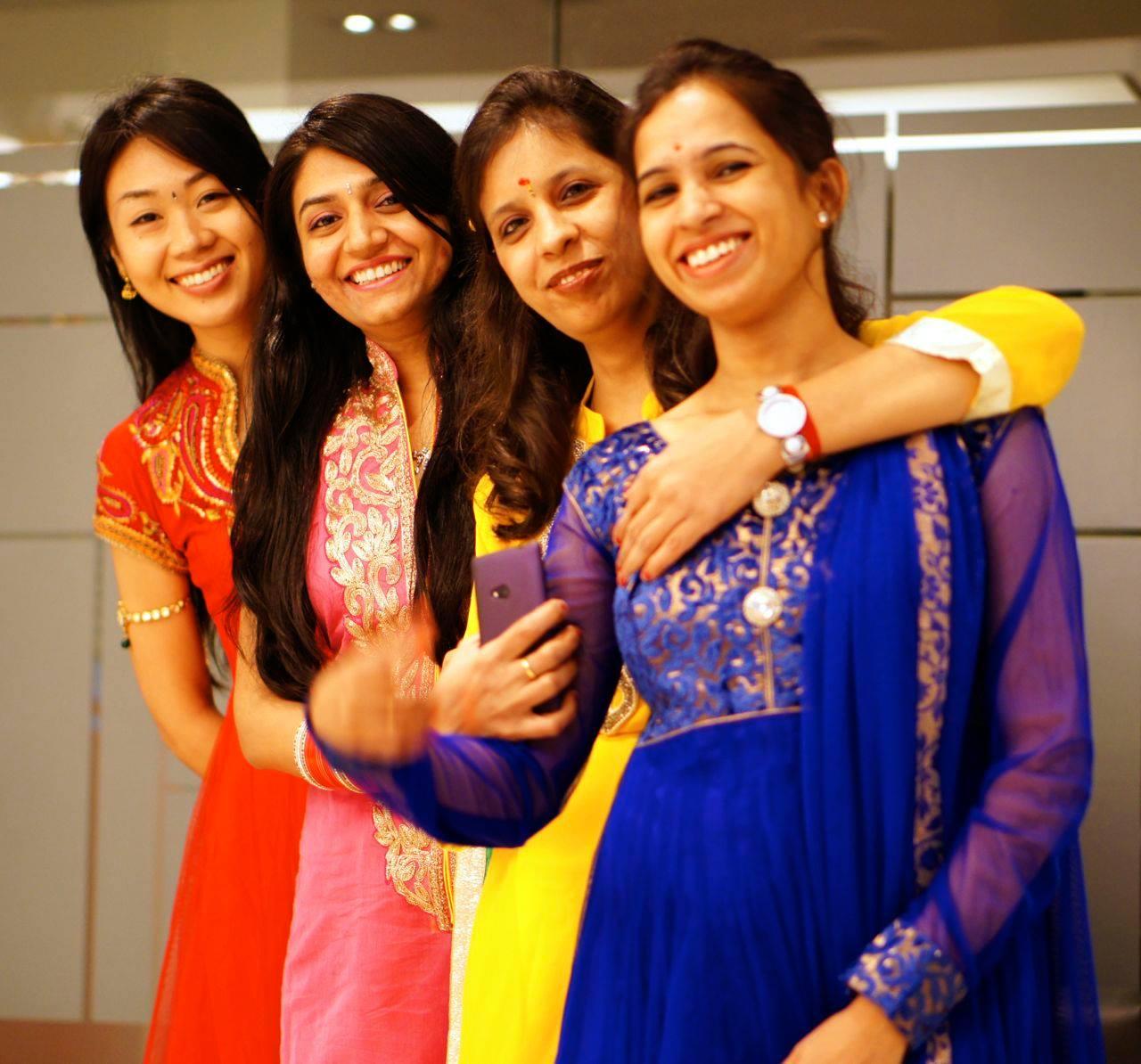 サリーを着ているあやさんとインド人女性たち